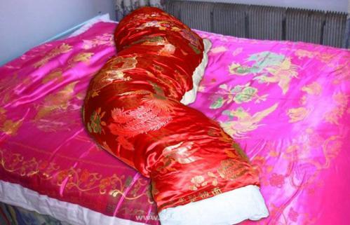 锦缎丝绸棉被包裹